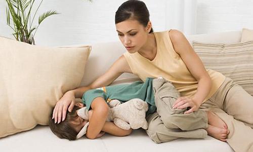 Холецистит у детей проявляется отсутствием аппетита, жалобами на боль в правом боку (особенно после интенсивных нагрузок или стрессов), периодической тошнотой и рвотой