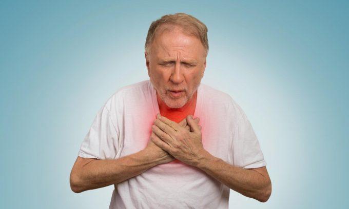 Гипертрофированная железа сдавливает трахею и пищевод, что приводит к изменениям голоса