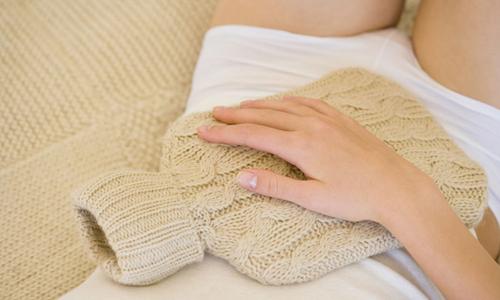 Тепловые процедуры тоже помогают снять спазм, при этом уменьшая боль. Врач может назначить ванны, грелку на низ живота или горячую подушку с травами