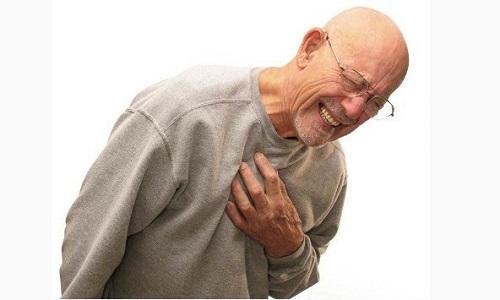 Киста начинает активно давить на расположенные в непосредственной близости структуры и вызывает приступы удушья