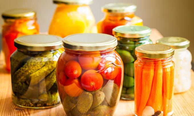 При цистите нельзя употреблять консервированные и маринованные овощи и фрукты