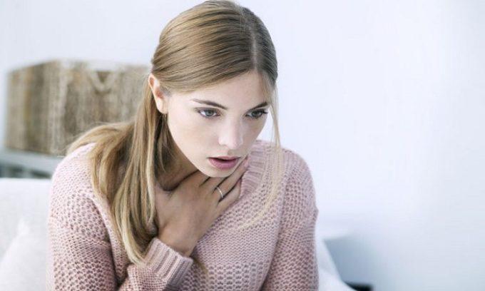 У больного может появиться ощущение кома в горле и затрудненность дыхания