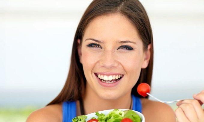 Так как щитовидная железа никак не связана с органами пищеварительной системы, то никаких ограничений в количестве приемов пищи и самом рационе не предусмотрено