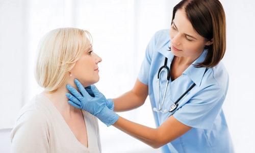 Если при пальпации эндокринолог отмечает значительное увеличение щитовидки в размерах, это может означать то, что опухоль увеличивается