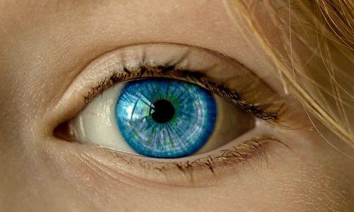 Диффузный токсический зоб вызывает пучение глаз, яркий блеск и почти отсутствующее мигание. Отчего пациент, разумеется, страдает