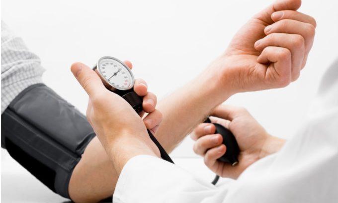 Снижается давление из-за пониженного синтеза тироксина в организме взрослого человека