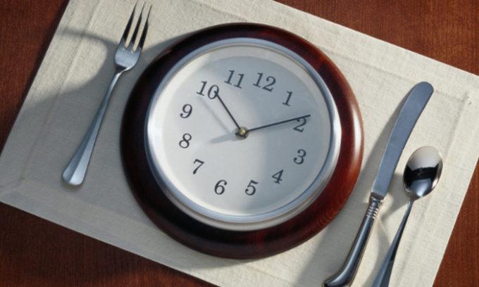Для предупреждения застойных явлений в органе питаться следует дробно и по часам
