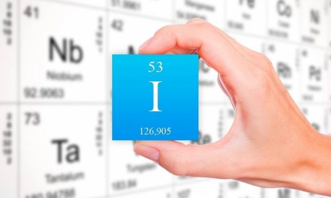 Хронический дефицит йода в человеческом организме приводит к тому, что проявляются симптомы сниженной гормональной функции щитовидки