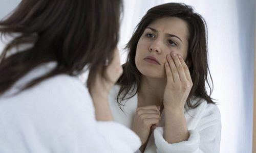 Гиперфункция щитовидной железы на более поздних стадиях сопровождается появлением сухой кожи и морщин