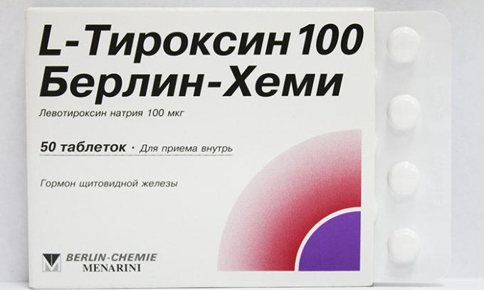 Сниженная функция щитовидной железы предполагает применение корректирующей гормональной терапии. Врач подбирает необходимую дозу L-тироксина для каждого пациента