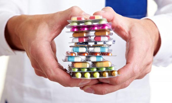 Для того, чтобы произвести лечение, больному следует ежедневно принимать лекарства, которые полностью должны восстановить обмен веществ в его организме, который был нарушен под воздействием гипотиреоза