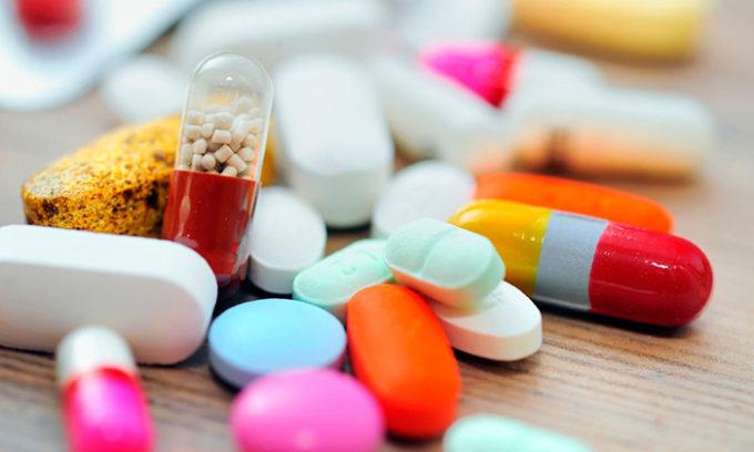 При небольшом увеличении железы назначают гормональные препараты (таблетки), которые помогают устранить дефицит гормонов железы