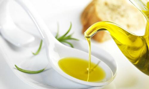 Необходимо принимать по столовой ложке подсолнечного, облепихового или оливкового масла перед едой трижды в день
