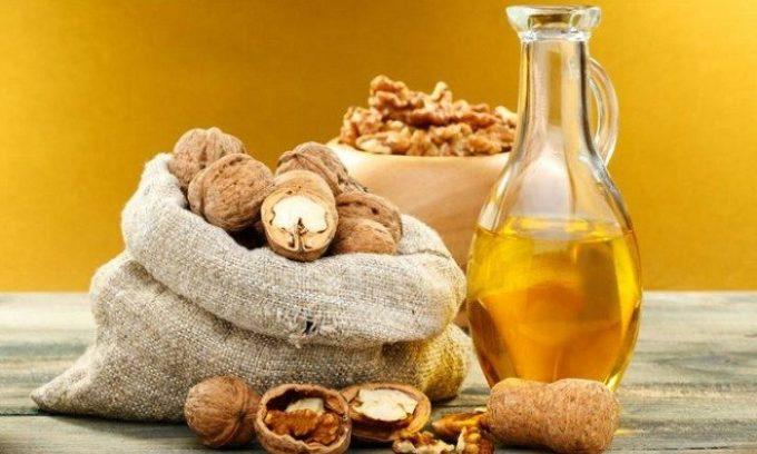 Одним из самых популярных рецептов является настойка грецкого ореха