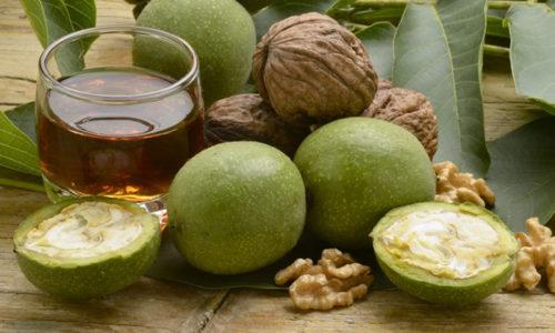 В настое для компрессов перегородки, измельченная скорлупа и листья ореха заливаются кипятком на час