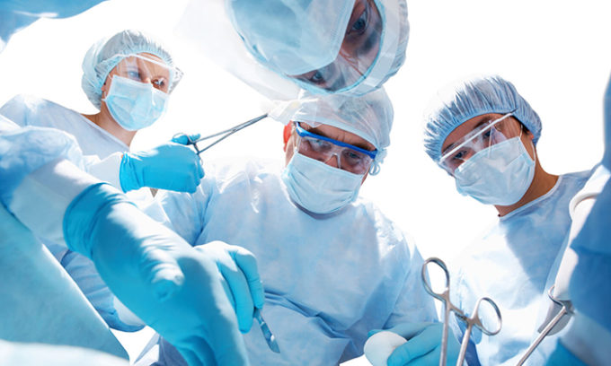 Оперативное вмешательство также проводится при довольно значительном увеличении щитовидки, которое вызывает сдавливание окружающих органов, или при подозрении на злокачественность образований