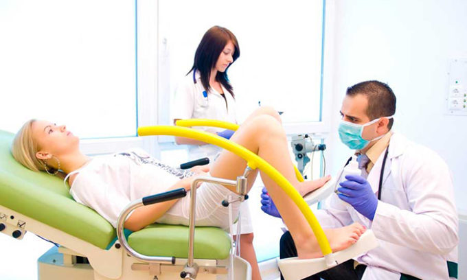 Во время операции по выскабливанию матки женщина садится в гинекологическое кресло или ложится на кушетку, ноги следует согнуть в коленях