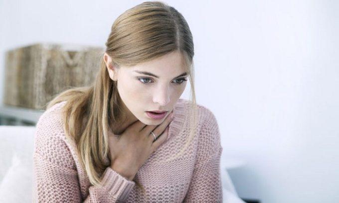 Есть и другие признаки рака щитовидной железы, которые должны послужить поводом визита к эндокринологу. Например, трудности при глотании