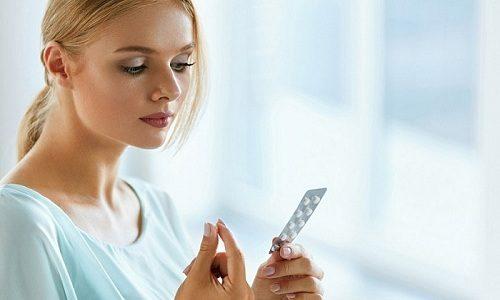 Чаще всего чрезмерная гормональная деятельность щитовидной железы у мужчин и женщин возникает из-за неконтролируемого приема медикаментов, содержащих тиреоидные гормоны