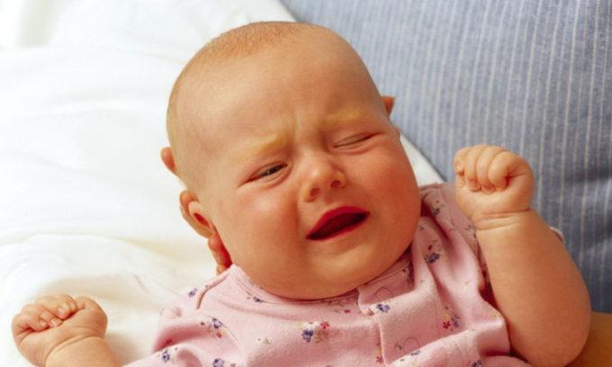 Ребенок младше года при возникновении острого цистита становится раздражительным и беспокойным, плачет и капризничает
