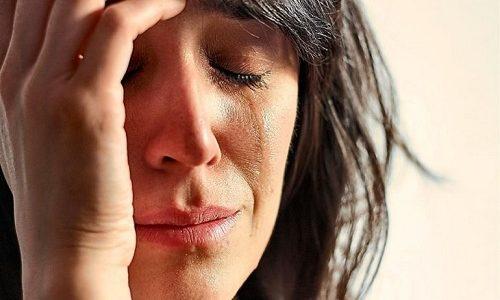 Еще один типичный симптом недуга – это повышенная нервозность больного. Пациента довольно легко вывести из себя, он становится раздражительным, часто плачет без повода