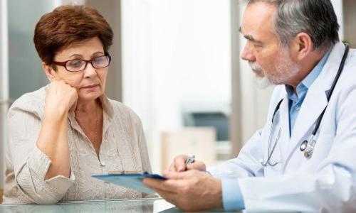 Симптомы рака щитовидной железы чаще всего проявляются у женщин, возраст которых составляет от 40 до 60 лет