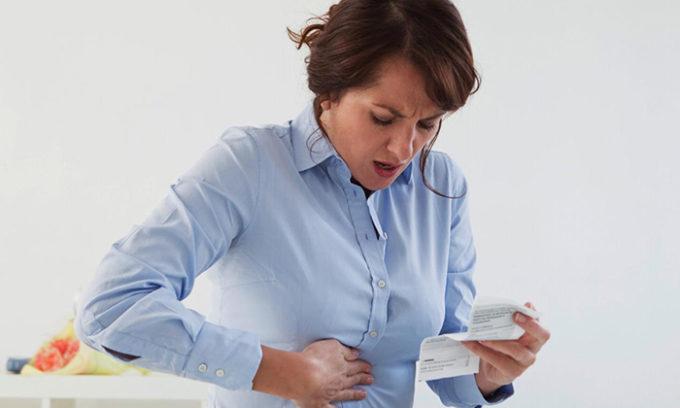 Симптомы острого холецистита нельзя оставить без внимания: у человека возникает сильная боль в правом подреберье (желчная колика)