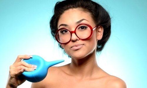 Промывание спринцовкой не подходит для ежедневной гигиены и может нарушить естественную микрофлору влагалища женщины