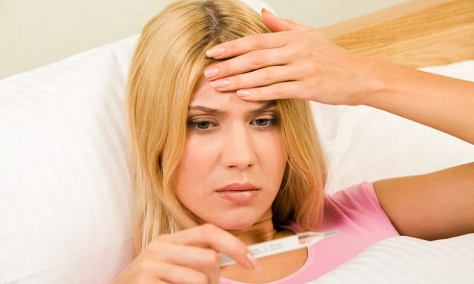 Первые симптомы развития патологического процесса характеризуются резким повышением температуры тела, до 38-39 градусов Цельсия