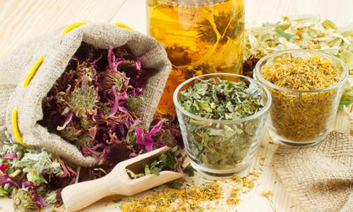 Врачи, помимо таблеток и антибиотиков, больным пациентам выписывают рецепты травяных настоев