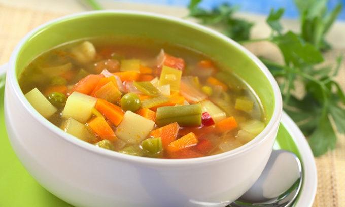 Питание при цистите обязательно должно включать нежирные бульоны и супы, без содержания запрещенных продуктов