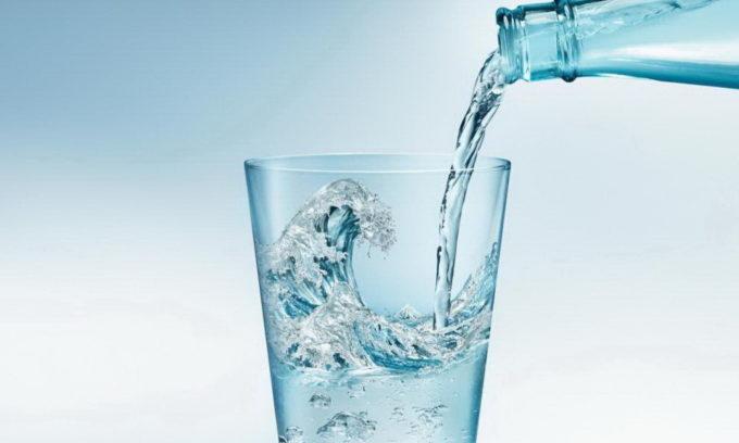 В сутки следует выпивать не менее двух литров воды, причем это должна быть вода без углекислого газа и сахара