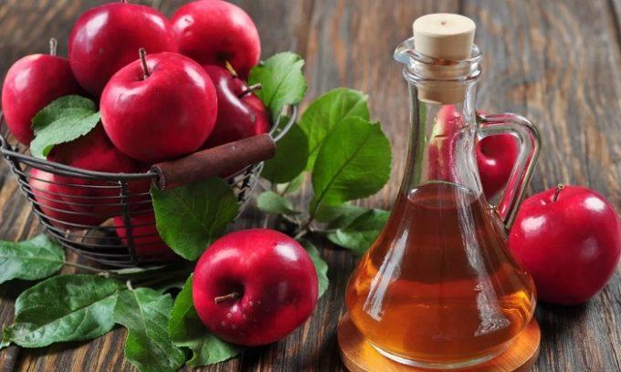 Яблочный уксус принимается в разведенном виде (1 ч. ложка на 100 мл теплой воды) перед едой