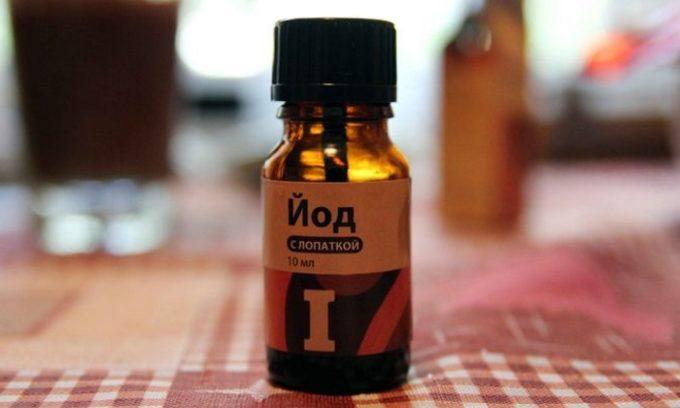 Дефицит йода приводит к нарушению работы железы и сбою гормонального фона