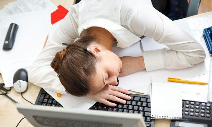 При больной печени человек может ощущать слабость и усталость