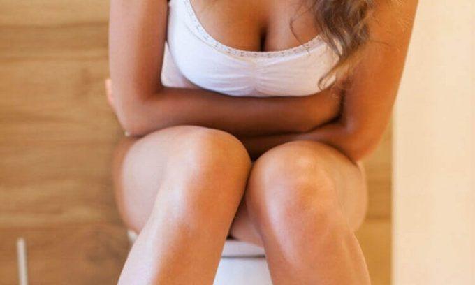 При развитии болезни пациент жалуется на боли во время мочеиспускания